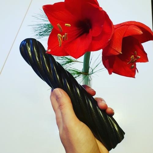 Lakritzstange vor winterlicher Blume